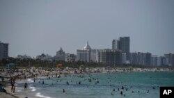 САД - Поглед на плажата Мајами пред затворањето на 4-ти јули.