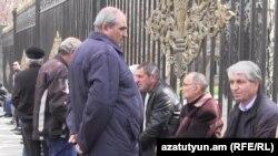 Работники завода «Наирит» перед зданием Национального Собрания Армении в Ереване (архив)