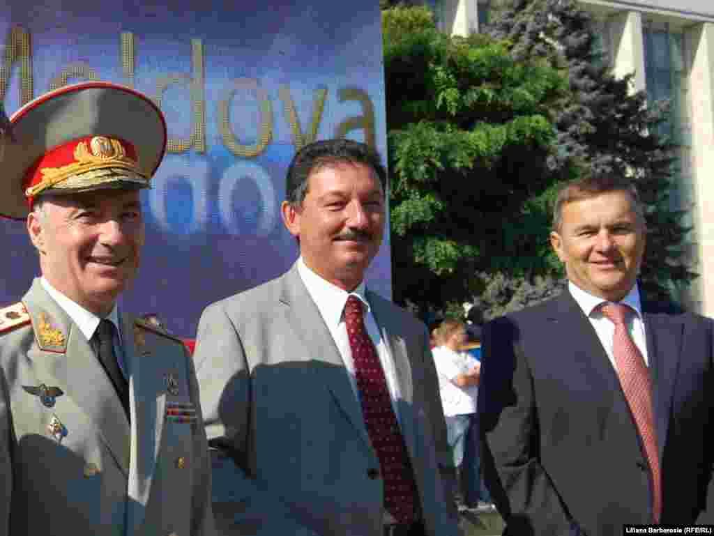 Doi fosti ministri ai apararii - Victor Gaiciuc (stanga) si Valeriu Plesca (dreapta), si un fost consilier militar prezidential, Nicolae Chirtoacă (centru).