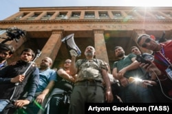 Opposition leader Nikol Pashinian (center) leads the protests in Yerevan on April 18.