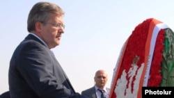 Լեհաստանի նախագահ Բրոնիսլավ Կոմորովսկին ծաղկեպսակ է տեղադրում Հայոց ցեղասպանության զոհերի հուշահամալիրում, Երեւան, 28-ը հուլիսի, 2011թ.