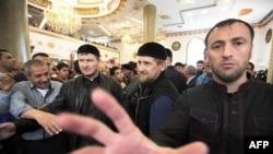 """Несмотря на """"полную безопасность"""" в Чечне, Кадырова повсюду сопровождает охрана (архивное фото)"""