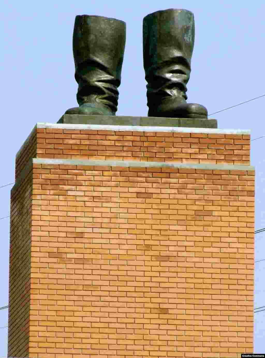 Угорщина – «Чоботи Сталіна» недалеко від Будапешта. Залишки пам'ятника, який був знесений у 1956 році під час угорського повстання.