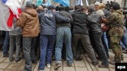 Противостояние в Симферополе у здания парламента Крыма