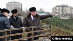 Президент Таджикистана Эмомали Рахмон (справа), рядом с ним — его сын Рустам Эмомали, мэр Душанбе.