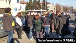 """Okupljanje Udruženja """"Švicarac"""" pred prostorijama SNSD i SDS"""