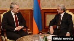 Президент Армении Серж Саргсян (справа) принимает председателя коллегии Евразийской экономической комиссии Виктора Христенко, Ереван, 11 апреля 2013 г. (Фотография - пресс-служба президента Армении)