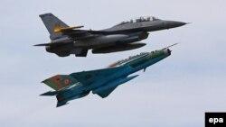 """Un F16 american şi un MIG 21 românesc, în timpul exerciţiilor militare comune """"Dacian Viper 2014"""" de la Câmpia Turzii, 17 aprilie 2014"""
