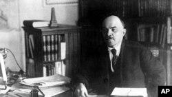 Vladimir Lenin în biroul său din Kremlin, 1919