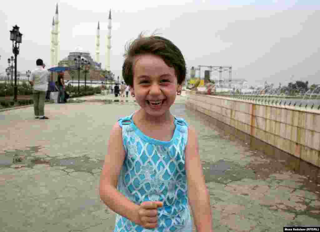 5-летняя Хава Садулаева живет в Грозном. Она мечтает стать артисткой и жить в большом доме.
