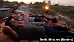 Таджикские мигранты отдыхают после трудового дня
