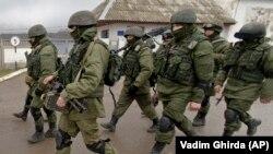 Прарасейскія вайскоўцы каля ўкраінскай базы ў Перавальным, Крым, 2014 год