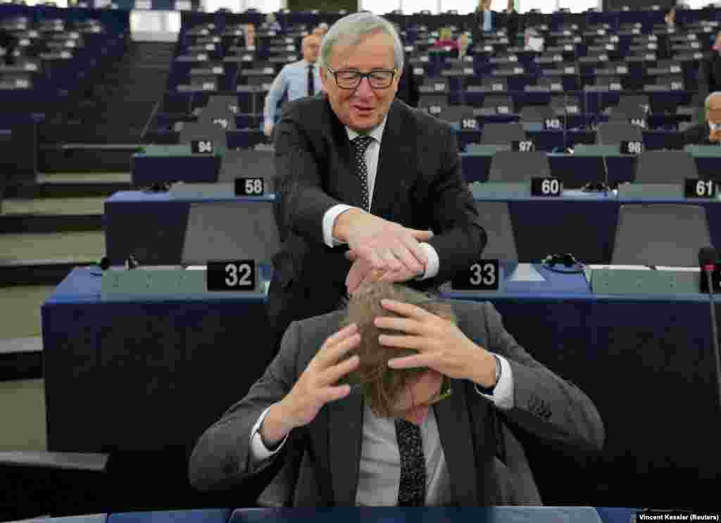 ФРАНЦИЈА - Претседателот на Европската комисија Жан Клод Јункер се шегува со главниот преговарач на ЕУ за Брегзир Гај Верховстад во Европскиот парламент во Стразбур. Претседателот Јункер на 25 февруари ќе ја посети Македонија како прва земја од неговата турнеја на Западен Балкан во насока на презентација на Стратегијата на ЕУ за регионот, информираше македонскиот вицепремиер за европски прашања Бујар Османи.