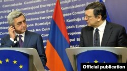 Belgium - European Commission President Jose Manuel Barroso (R) and Armenian President Serzh Sarkisian at a news conference in Brussels, 6Mar2012.