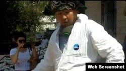 Суретші Асхат Ахмедьяровты полиция ұстап әкетіп барады. Орал, 4 шілде 2013 жыл. (YouTube видеосынан жасалған скриншот)