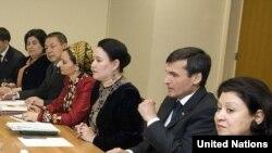 (sagdan) Türkmenistanyň BMG-däki ilçisi Aksoltan Ataýewa, Türkmenistanyň daşary işler ministri Raşid Meredow, hem-de Türkmenistanyň Demokratiýa we adam hukuklary boýunça institutynyň resmileri.