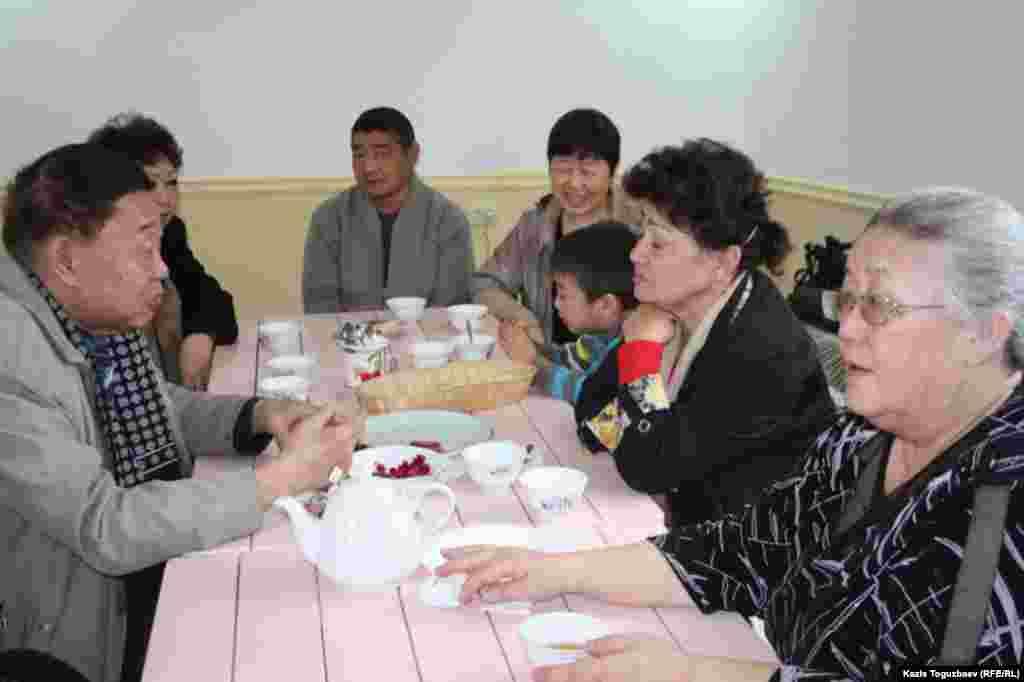 Прихожане-буддисты за чаепитием после воскресного богослужения.