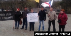 Акция протеста в Калининграде. Ольга Малышева (с плакатом) и Яков Григорьев.