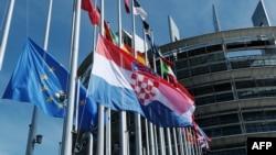 Zastava Republike Hrvatske ispred EU parlamenta u Strazburu