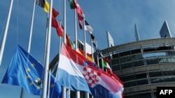 Флаги стран - членов ЕС у здания Европарламента в Страсбурге.