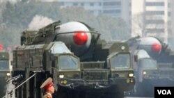 نمایش یک موشک در رژه نظامی در پیونگ یانگ