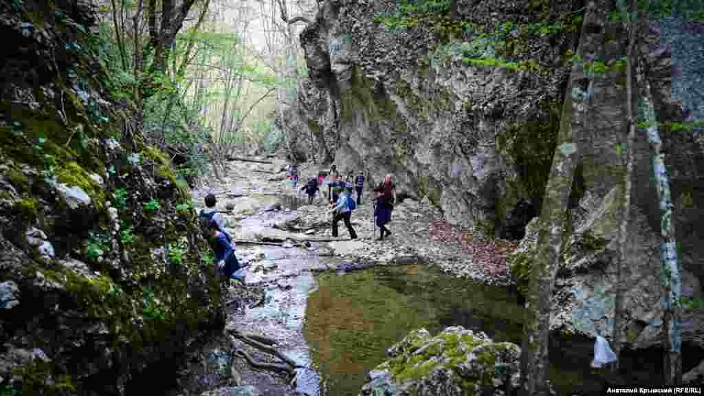 Высота отвесных стен каньона достигает 10-15 метров