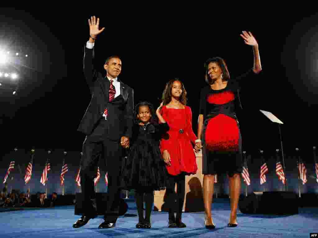 چهل و چهارمين رئيسجمهوری آمريکا همراه با همسر و دخترانش ماليا (لباس قرمز) و ساشا (لباس مشکی)