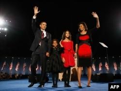 Барак Обама с семьей после избрания президентом в 2008 году