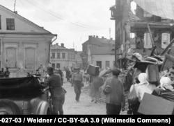 Ліпень 1941 году, цывільныя асобы вяртаюцца ў Менск