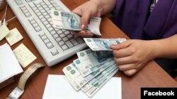 Рост зарплат в России в этом году, по экспертным прогнозам, лишь немногим превысит рост цен