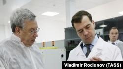 Валентин Гапонцев (слева) и президент России Дмитрий Медведев в 2009 году