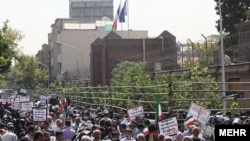Сотни протестующих иранцев у посольства Франции в Тегеране, 28 июня 2010