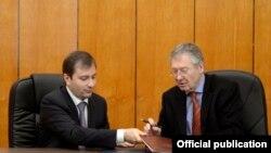 Министр финансов Армении Давид Саргсян (слева) и чрезвычайный и полномочный посол ФРГ в Армении Райнер Морел подписывают соглашение между двумя странами, Ереван, 5 ноября 2013 г. (Фотогорафия - пресс-служба Министерства финансов Армении)