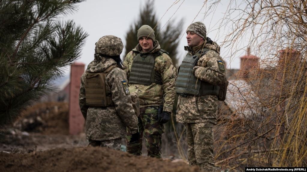 Полковник Дмитрий Делятицкий (справа) общается с личным составом
