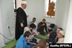 Тубыл мәчете имамы Ибраһим Сухов яшьләр белән әңгәмә кора