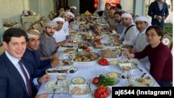 Отабек Умаров (крайний слева) на званом ужине в честь наследного принца Дубая Хамдана бин Мохаммеда аль-Мактума.