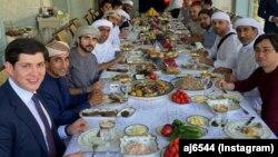 Аҳмед Жабер Ал-Ҳарбининг расмий очиқ Instagram саҳифасидан олинди. Сурат президент куёвлари ва БАА мулозимлари иштирокидаги зиёфатдан олинган.