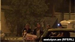 Скриншот полицейского видео показывает двоих боевиков отправляемых в госпиталь после ранения у полицейского участка