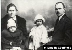 Максім Гарэцкі з жонкай Леанілай, дзецьмі Леанідам і Галінай. 1923 год