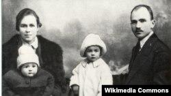 Максім Гарэцкі з жонкай Леанілай, дзецьмі Леанідам і Галінай. 1923 г.