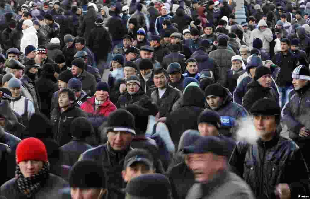 Трудовые мигранты из Центральной Азии после праздничной молитвы во время празднования Ид аль-Адха. Москва, ноябрь. 2011
