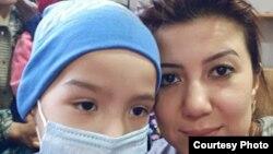 Дилноза Каримова и ее сын Диёрбек в Бишкеке