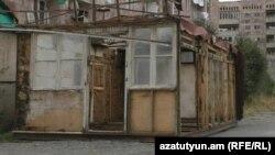 Վանաձորի «Բազում» թաղամասի խաղահրապարակում տեղադրված խարխուլ տնակը