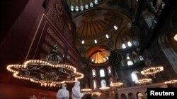 (Dezinfektimi i xhamisë 'Shën Sofia', Stamboll. Foto: Reuters)