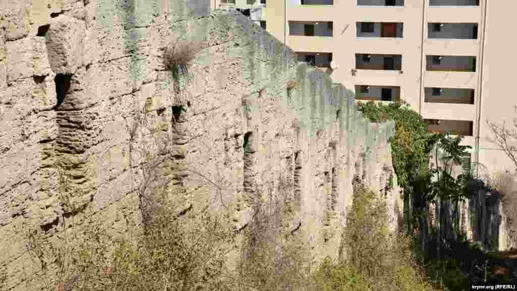 Уздовж будівництва йде складена з кримбальского каменю східна оборонна стіна 7-го бастіону часів Кримської війни