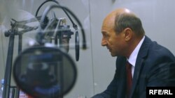 Czech Republic - Romanian President Traian Basescu during an interview with RFE/RL's Eugen Tomiuc at RFE/RL headquarters, Prague, 16Jul2009