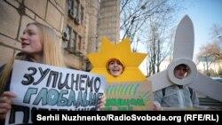Кількадесят активістів у Києві вимагали від уряду активної політики із захисту клімату, 15 березня 2019 року