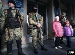 Озброєні чоловіки біля будівлі СБУ у Слов'янську, 14 квітня 2014 року