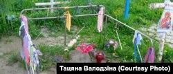 Грошы ля «растучага» крыжа ў Тураве. Здымак Т.Валодзінай