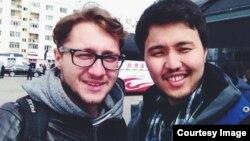 Руслан Токочев жолдо тапкан жаңы таанышы Антон менен Үрүмчү шарында. Кытай, апрель, 2014.